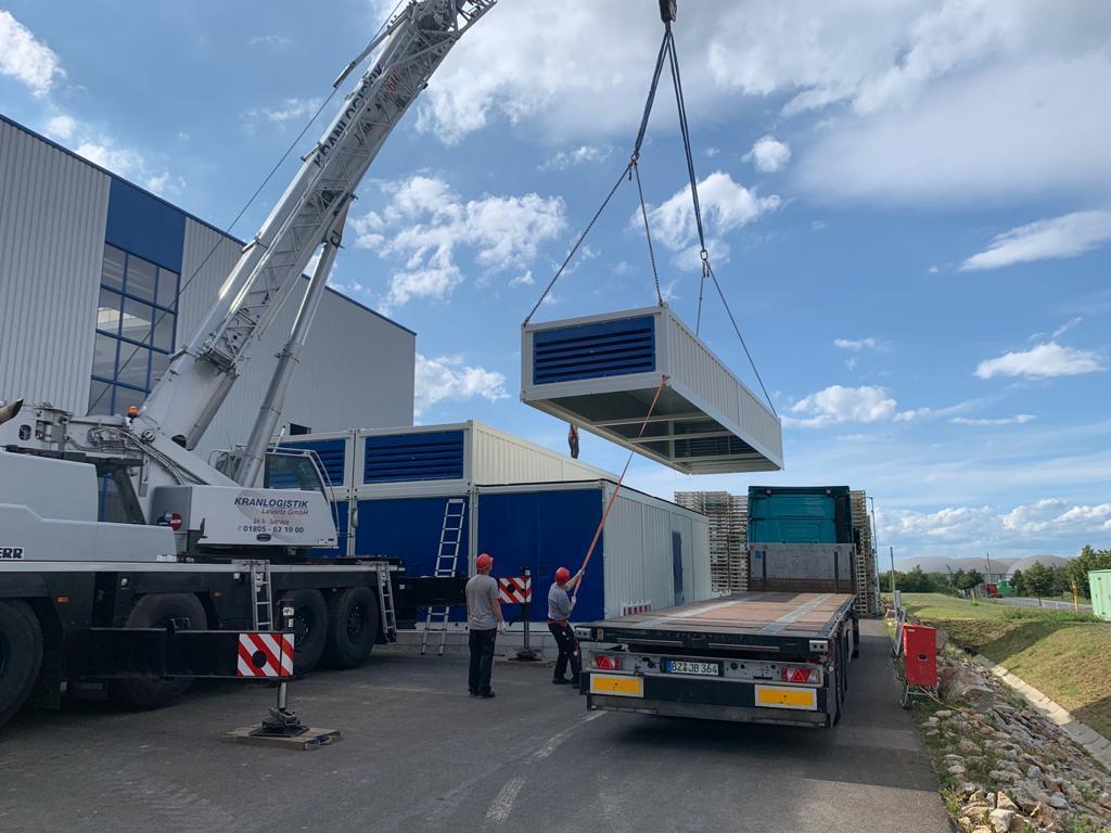 Gleich geschafft, der letzte Container wird aufgesetzt. Nun kann die Endmontage beginnen ...